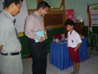 Mr.David Ehrmann sedang berdialog dengan salah seorang murid SD Kartika Wirabuana 1 disaksikan Drs.Syahrun(kepsek)