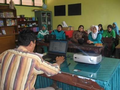 Suasana Pertemuan Rutin Pengurus PSBG Karya Mandiri Guru dan Pengguna PSBG