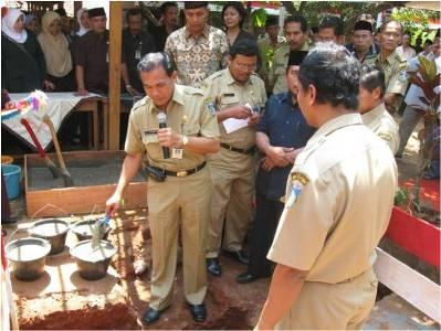 Sekwilda Jepara, Ir. H.M. Efendi, M.Si., sedang meletakkan batu pertama menandai pelaksanaan DAK Kabupaten Jepara Tahun 2008