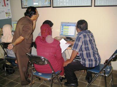 Para peserta Roll OUT LMS di Klaten tengah serius memasukkan data ke komputer.