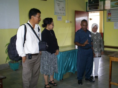 "Stefanus Yerkohok, Guru Merangkap Kepala Sekolah di Teluk Bintuni mengungkakpkan obsesinya di depan guru dan kepala sekolah binaan DBE2 Makassar di PSBG ""Karya Mandiri Guru"""