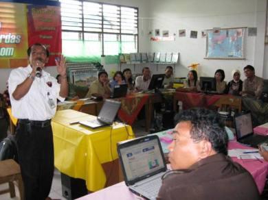 Kepala PT. TELKOM Cabang Sibolga Jovinus Tambunan sedang menyampaikan paparannya kepada peserta sosialisasi pembelajaran internet di PSBG Saiyo Sakato Senin 10/11.
