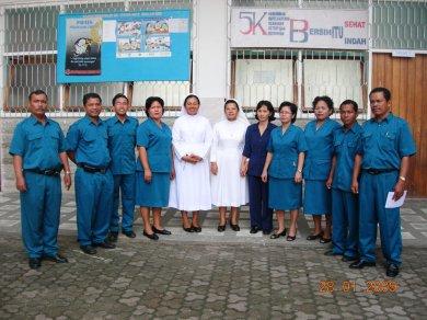 Dewan guru SD Swasta RK No. 2 Sibolga berphoto bersama dengan Kepala Sekolah usai menerima seperangkat drum band dari Pemerintah Kota Sibolga, Rabu 28 Januari 2008