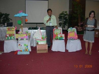 Intruktur Pelatihan IAI Deny Setiawan dan Octavia Mantik dari Jakarta sedang memberikan penilaian pada APM yang dibuat pada saat pelatihan 13/01/2009