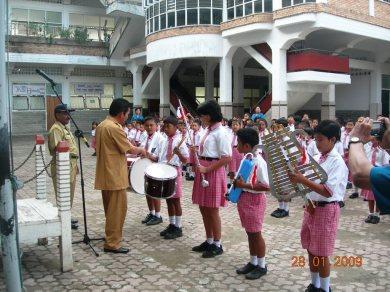 Kepala Dinas Pendidikan Kota Sibolga, Drs. Rustam Manalu menyerahkan seperangkat drum band secara simbolik kepada 5 orang siswa SD RK No. 2 Sibolga Rabu 28 Januari 2009
