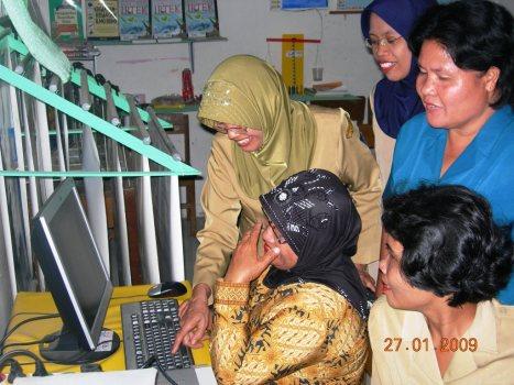 main-komputer-kok-main-satu-jari-dan-ngak-usah-malu-bu-ada-pepatah-long-life-education