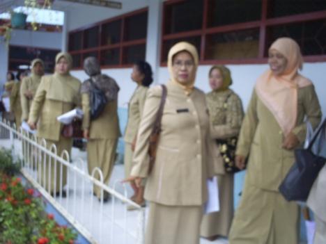 Suasana guru dan kepala sekolah yang  berkunjung di SDN Mawas