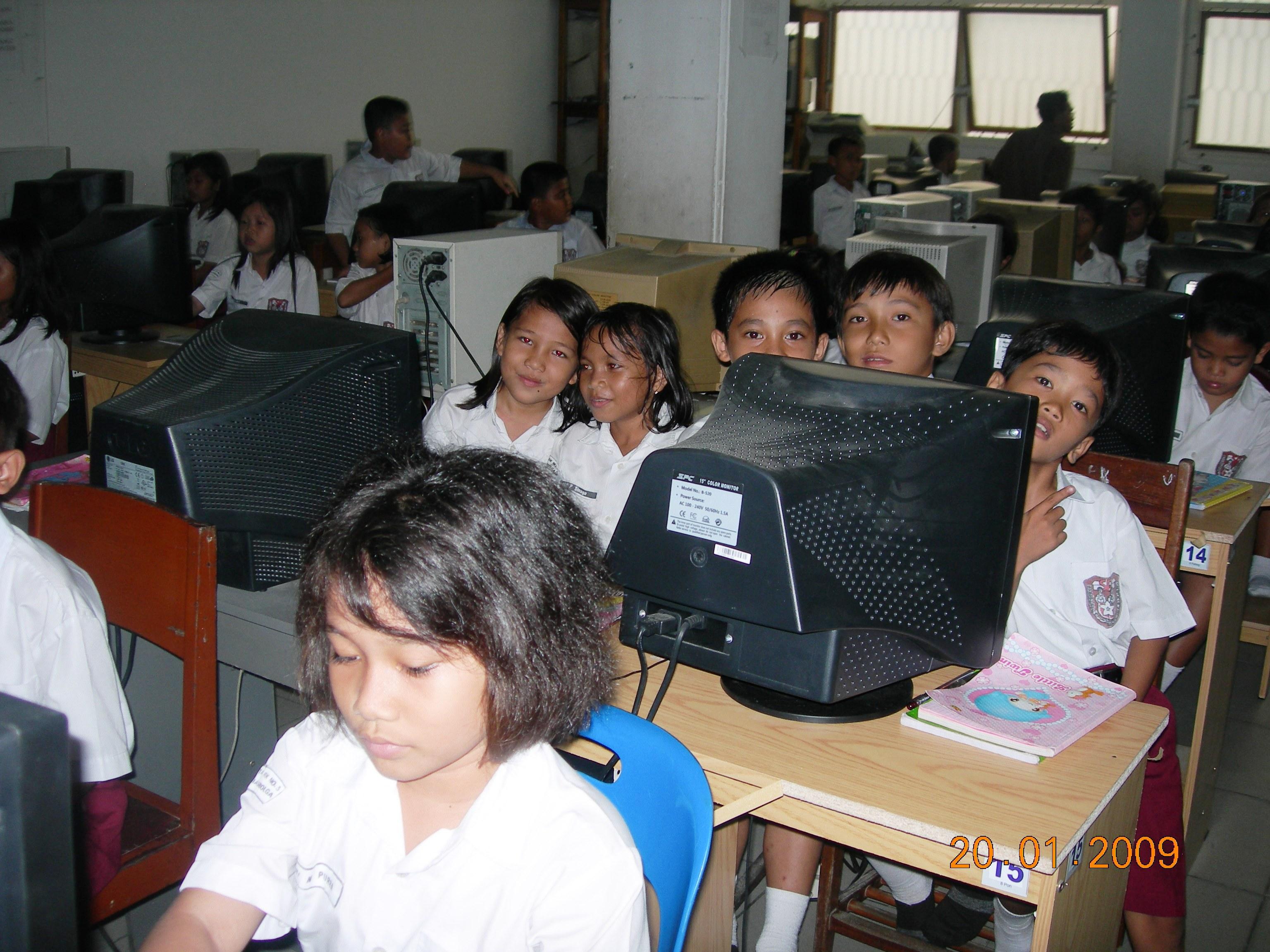 siswa-sd-rk-no2-sibolga-sedang-belajar-komputer-di ...
