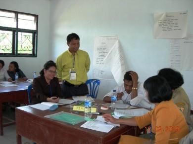 Fasilitator pelatihan paket bahasa Indonesia Salmon Tambunan sedang mendampingi kelompok pada pelatiha Paket Bahasa Indonesia di Sidikalang 12/2