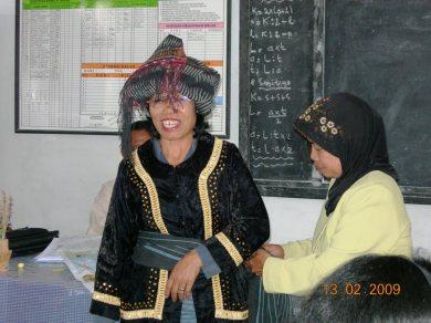 Salah seorang peserta pelatihan menjadi narasumber pada pelatihan tim sekolah paket Bahasa Indonesia di gugus Sidikalang 13/2 yang menceritakan tentang budaya Pakpak khusunya pakaian adat ULOS