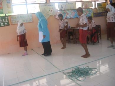 Indrawati,S.Pd, salah seorang guru SD di Belopa kabupaten Luwu patut dijadikan contoh dalam membelajarkan siswanya