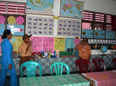 Asnat Lumbantobing juga memfasilitasi kegiatan siswa untuk berdemonstrasi alat peraga murah hasil PSBG Sipoholon Lestari