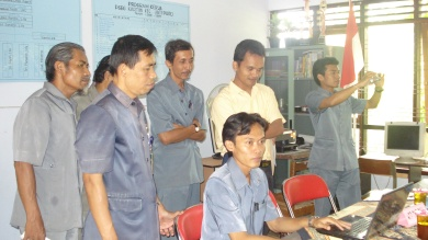 Amiruddin,S.Pd memandu pelatihan ICT