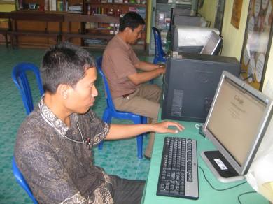 Ketua PSBG KMG Mamajang sedang mengakses dan mencoba  internet bersama MTT
