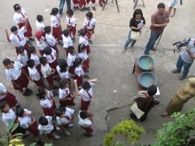 Suasana pengambilan gambar di luar kelas saat percobaan magnet