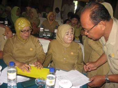 Kepala Sekolah Binaan DBE2 Kota Makassar berdiskusi di sela-sela acara sosialisasi  pendidikan gratis