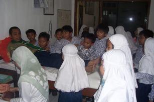 Lingkungan dapat memperkaya dan memperjelas bahan ajar yang dipelajari dan bisa dijadikan sebagai laboratorium belajar anak.