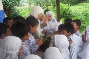 Memberikan pertanyaan kepada anak-anak mendorong mereka untuk menjelaskan mengenai berbagai hal yang mereka alami dan mereka lihat