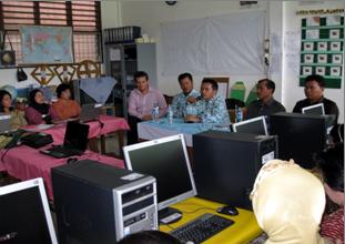 Kepala Dinas Pendidikan Kota Sibolga, Drs. Rustam Manalu sedang memberikan kata sambutan pada pelatihan Internet di PSBG Saiyo Sakato Sibolga Kota,