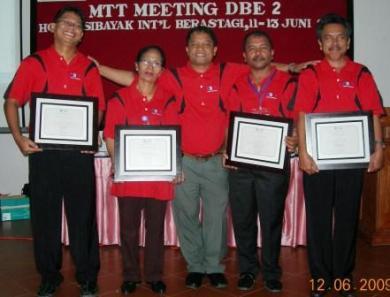 Bak Pemain Persipura , Para Pemain Lapangan DBE2 Sibolga Kota – Tapanuli Utara menerima penghargaan dari DBE2 Medan diapit sang Motivator dengan senyum yang penuh makna.