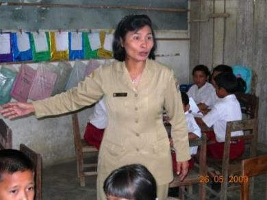 Minar Sormin, Guru dari Gugus Pangaribuan Kabupaten Tapanuli Utara sedang mengajar pelajaran Bahasa Indonesia dengan ala PAKEM Selasa 26 Mei 2009