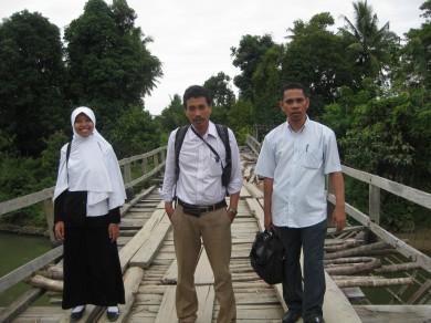 Tim BPS/Pendampingan II Paket Matematika berjalan menuju ke salah satu sekolah binaan di Kabupaten Luwu