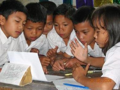 Murid Minar Sorming sedang asyik berlatih membaca puisi di dalam kelompok mereka Selasa 26 Juni 2009