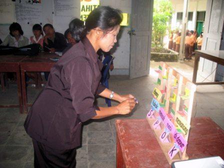 Peserta sedang menggunakan alat peraga Bahasa Indoensia struktur kalimat S-P-O-K dan peserta lain menggunakan lingkungan sebagai sumber belajar