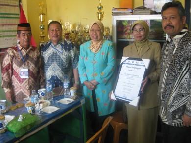 Rombongan study Lapang peserta Lokakarya keberhasilan DBE di memberikan penghargaan di TK Sulawesi