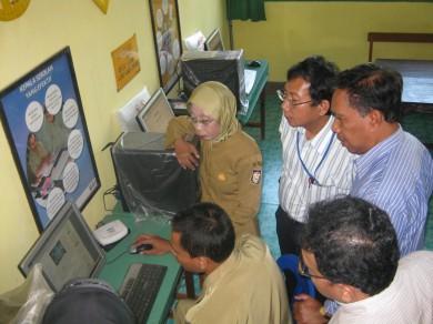 Rombongan studi lapang peserta lokakarya yang disaksikan, Arif Sadiman (DBE2 Jakarta) sedang mencoba mengakses internet di PSBG Karya Mandiri Guru-Mamajang