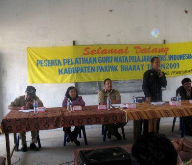 Kadis Pendidikan Pakpak Barat Drs Holler Sinamo didampingi Bidang Pengembangan Tenaga Kependidikan (PTK) Drs Losmar Berutu  membuka pelatihan secara resmi.