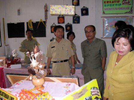 kadis meninjau pameran didampingi oleh anggota DPRD Dairi Dr. Abdul Angkat SH.