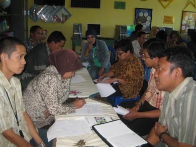 Suasana diskusi dan tanya jawab dalam prosesi monev di PSBG KMG antara pengurus dan tim DBE 2