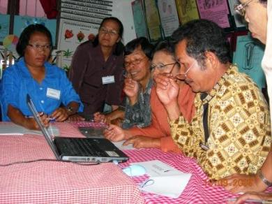 Peserta sedang asyik mengoperasikan Laptop pada saat pelatihan DALI 2 di Sipoholon.