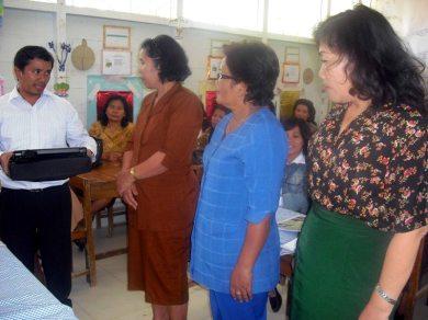 Utusan Erlangga, Bapak Gomgom Hutahuruk secara resmi memberikan bantuan peralatan tersebut kepada ketiga sekolah binaan DBE 2  di SD 176331 Lumbansoit