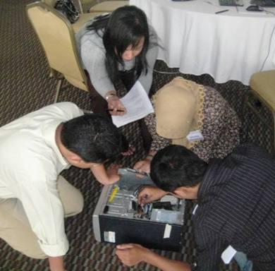 Peserta yang sedang berkonsentrasi mempelajari bagian-bagian komputer dalam Stasiun Perakitan