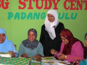 ibu-ernawati-siregar-dari-dinas-pendidikan-kota-tebingtinggi-sedang-mendampingi-peserta-pada-saat-pembuatan-alat-peraga-murah-untuk-program-pai