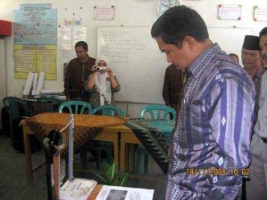 Bupati Tapanuli Selatan sedang melihat sejumlah APM yang dihasilkan guru-guru di Gugus Padangsidempuan Barat