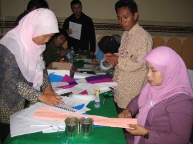Peserta sedang asyik membuat Alat Peraga Murah untuk mata pelajaran Bahasa Indonesia